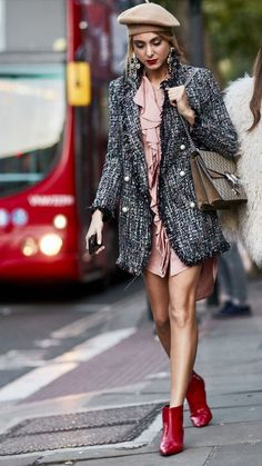 A tweed jacket is a perfect Fall staple to add to your wardrobe. Mundo Fashion, 50 Fashion, Autumn Fashion, Fashion Looks, Fashion Outfits, Fashion Trends, French Fashion, Casual Street Style, Street Style Looks