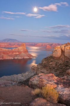 Lake Powell, Page, Arizona We had the BEST houseboat adventure with friends and EVERY imaginable water toy possible. Arches Nationalpark, Yellowstone Nationalpark, Wyoming, North Cascades, Death Valley, Great Smoky Mountains, Places To Travel, Places To See, Travel Destinations