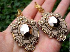 серьги сутажны. сделаны из грубого сутажа,хорошо держат форму. очень красивые! подойдут на каждый день. круглые серьги по 1500. серьги можно сделать в разной цветовой гамме. Ribbon Jewelry, Boho Jewelry, Jewelry Crafts, Beaded Jewelry, Jewelery, Jewelry Accessories, Fashion Jewelry, Soutache Necklace, Beaded Earrings