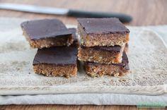 Zelf snickers maken! Deze 'verantwoorde' snickers zijn gemaakt van gemengde noten, dadels en biologische pure chocolade. Enjoy!