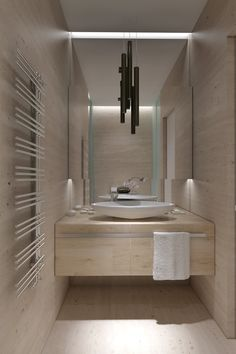Il bagno dà un tono più dolce, con l'installazione di un elegante bacino poco profondo sulla vanità unità completamente arredata, e divide vetrate dolcemente smerigliato.