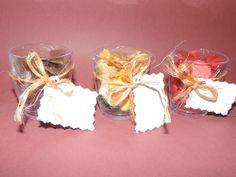 Pequenas lascas de madeira coloridas e folhas secas, com um aroma perfumado, em um recipiente plástico e um cartãozinho, fazem desta lembrancinha uma recordação requintada para seu convidado.  Mínimo de 20 unidades. R$ 3,50