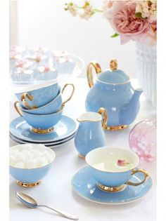 Shop Sophie Conran's Blue Fine China Tea collection to perfect the afternoon cup of tea. The gold rimmed collection is made from the finest bone China and can be purchased within a collection or by itself. Tea Cup Set, Tea Cup Saucer, Blue Tea Cups, China Tea Cups, Deco Pastel, Vase Deco, Tea Service, Coffee Set, Cupping Set