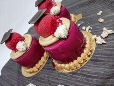 Monoporzioni con glassa a specchio, namelaka ai frutti di bosco, mousse ai lamponi e biscuit e chantilly nocciola.