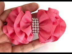 Laço Onda com a fita N5 - YouTube Ribbon Headbands, Hair Ribbons, Ribbon Hair, Ribbon Bows, Making Hair Bows, Diy Hair Bows, Homemade Bows, Hair Bow Tutorial, Flower Hair Accessories