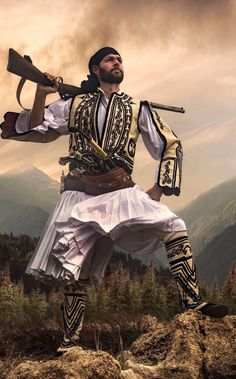 arvanitis arberor Greek Independence, Albanian Culture, Costumes Around The World, Napoleonic Wars, Folk Costume, Art Challenge, Ethnic Fashion, Traditional Outfits, Ukraine