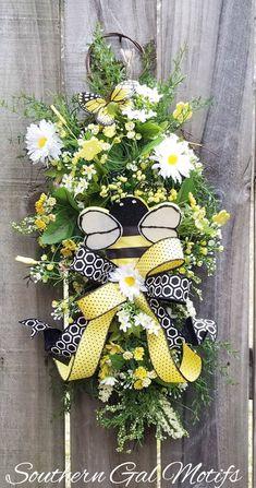 Summer Door Wreaths, Mesh Wreaths, Easter Bunny Decorations, Easter Wreaths, Umbrella Wreath, Selling Crafts, Honeycomb Pattern, Bee Crafts, Bees Knees