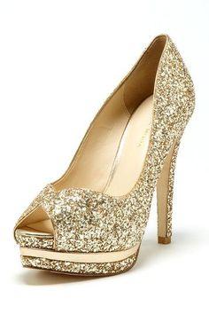 Glitter heels for the glamorous bride #glamwedding #glitterheels #weddingheels #goldheels #goldwedding