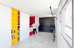 This small studio apartment in Sydney has been designed by Nicholas Gurney. The ascetic approach has made this 27 square-meter space is look spacious. The uniformed whiteness of the room is interru...
