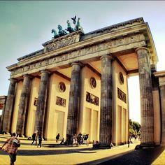 שער ברנדנבורג הינו סימלה הבלתי מעורער של ברלין, אחד משמונה עשר שערים שהיו בחומה שהקיפה את העיר והיחיד שעומד על כנו. נבנה במצוות הקיסר פרידריך השני כסמל לשלום בשלהי המאה ה-18.בנוי בסגנון ניאו-קלאסי כהעתק לשער הכניסה לאקרופוליס של אתונה.