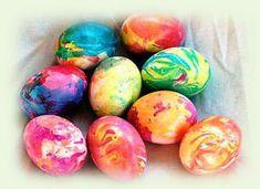 Pääsiäinen - marmoroi pääsiäismunia nestemäisellä elintarvikevärillä. Tässä helppo marmorointiohje. Tarvitset vain munia, elintarvikevärejä ja oliiviöljyä. Sopii myös Mignon-munille.
