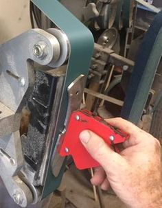 How to easily Surface grind or flat sand a knife blank. Part of the complete online Guide to Knife Making. Forging Knives, Forging Tools, Knife Party, Diy Knife, Belt Grinder, Grinding Machine, Bathroom Design Small, Custom Knives, Knife Making