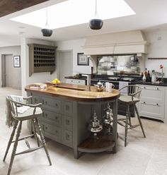 Grey kitchen AND country kitchen? This is a look that Modern Country Style does to perfection. Grey Kitchens, Cool Kitchens, Country Kitchens, Kitchens Uk, Aga Kitchen, Kitchen Grey, Modern Country Style, French Country, Kitchen Colour Schemes