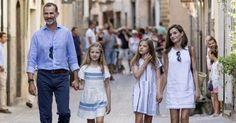 Royal Family e lezioni di stile: la competizione è ufficialmente aperta tra Kate Middleton e Letizia di Spagna Guarda tutte le foto di Letizia di Spagna con la famiglia a Palma di Maiorca nel link in bio! #ELLEitalia #ELLEceleb #royalfamily via ELLE ITALIA MAGAZINE OFFICIAL INSTAGRAM - Fashion Campaigns  Haute Couture  Advertising  Editorial Photography  Magazine Cover Designs  Supermodels  Runway Models