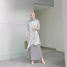 10 Ide Simple Look dengan Hijab ala Influencer Siti Bahjatina Modern Hijab Fashion, Street Hijab Fashion, Hijab Fashion Inspiration, Fashion Outfits, Stylish Hijab, Casual Hijab Outfit, Hijab Chic, Hijab Evening Dress, Moslem Fashion