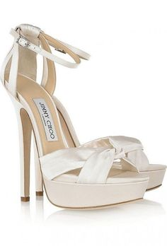 Sandalo bianco con plateau e cinturino sulla caviglia