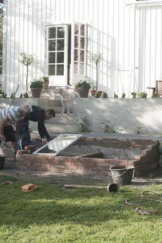 Jag har ju glömt att visa bilder från helgens trädgårdsprojekt. En utav två drivbänkar är nu uppmurad och i stort sett färdig. Och för ...