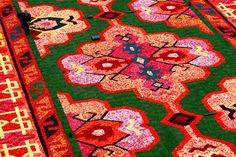 750 000 begonias, 120 volunteers, 7 hours. That is what it took to create this year's flower carpet in Brussels. By recreating patterns found in Turkish kilim rugs, the goal was to pay tribute to 50th anniversary of Turkish immigration to Belgium.