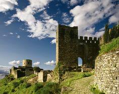 CASTLES OF SPAIN- Castillo de Jimena de la Frontera (Cádiz). Andalucía. El castillo fue construido originalmente por los árabes del califato omeya de Cordoba en el siglo octavo. Dada su ubicación estratégica, esta fortaleza resultó ser un bastión importante para la dominación musulmana de la Peninsula Ibérica. Fue tomada por tropas cristianas en 1430 y retomada por el Reino Nazarí de Granada en 1451. En 1465, se integró en el Reino de Castilla como propiedad de la corona.