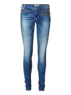 Vero Moda in Blue - Flashy Slim-Fit-Jeans. - Dehnbare Qualität mit niedriger Taille. - Reißverschluss-Ziertaschen an der Vorderpartie. - Taschen hinten. - Taillenbund mit Gürtelschlaufen. - Wasch-Optik. 98% Baumwolle, 2% Elasthan...