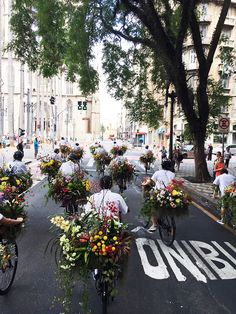 As part of Azuma Makoto 東信's art performance, a fleet of cyclists have taken to the streets of São Paulo with beautiful bouquets to distribute flowers to pedestrians and passersby.