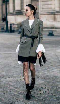 Street style look com conto e blazer.