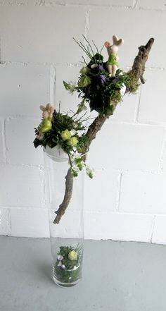 Like how the stick is supported in the vase Easter Garland, Easter Tree, Easter Wreaths, Deco Floral, Arte Floral, Spring Crafts, Spring Projects, Christmas Branches, Tree Branch Decor