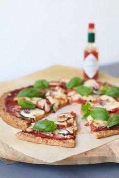 Havermout pizza met gerookte kip en courgette , Glutenvrije pizza recepten, Glutenvrije pizza bodem, Gezonde makkelijke pizza bodem, Beaufood recepten, Glutenvrije foodblogs, Pizza tabasco, Bodem van havermout, Healthy pizza, Glutenfree pizza, Pizza oats, Healthy dinner, Glutenfree dinner