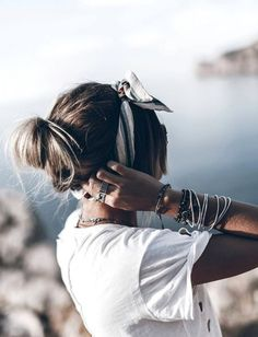 T-shirt – Anine Bing via Carlotta Boutique / Shorts – Zara / Bandana – H&M Studio / Sunglasses – Chloé via Mister Spex Hello loves! Scarf Hairstyles, Summer Hairstyles, Bandanas, Deia Mallorca, Estilo Hipster, Looks Style, My Style, Hair Dos, Hair Trends