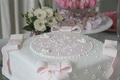 A festa de batizado da Mariah aconteceu no apartamento dos avós maternos. Michelle, a mamãe, queria algo bem delicado, em tons de rosa e branco. Pensando n