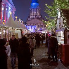 los mercados de navidad nacieron en Alemania, en los años 1400. Dadas las bajas temporadas de la época navideña, estos espacios comerciales se crearon para tener centros de calor alrededor de la ciudad y albergar a los transeúntes del frio con bebidas calientes.