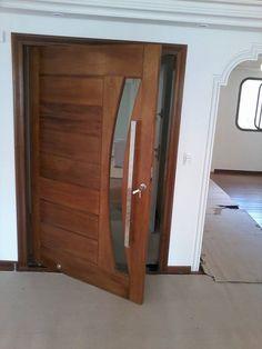 Porta pivotante em madeira maciça de Jequtibá - Ecoville Portas Especiais