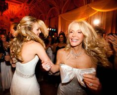 Must-have wedding day photo: Dancing with mom!