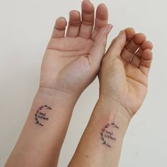 The universal love for tattoos can be found in these delicate and intricately small mother daughter tattoo ideas. Daddy Daughter Tattoos, Soul Sister Tattoos, Bestie Tattoo, Sibling Tattoos, Family Tattoos, Tattoos For Daughters, Tattoos Friends, Small Best Friend Tattoos, Matching Best Friend Tattoos