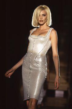 ATELIER Verace by Gianni Versace Fall 1995 Paris Fashion Week - Haute Couture - nadja auermann Atelier Versace, Gianni Versace, Nadja Auermann, 90s Fashion, Paris Fashion, Supermodels, Sequins, Bodycon Dress, Glamour