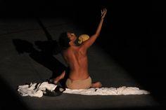 Πέμπτη 1η Οκτωβρίου, στις 20:30 η παράσταση Λίλιθ; από την ΤΑΤΟΥ Αστική Εταιρεία, στον ανοικτό θεατρικό χώρο του λόφου του Στρέφη Η παράσταση «Λίλιθ;» εμπνευσμένη από μονολόγους ηρωίδων από το αρχαίο δράμα μέχρι το σύγχρονο θέατρο, φέρνει στο προσκήνιο τη γυναίκα, την πορεία της μέσα στο χρόνο, τους ρόλους της και ειδικότερα την εξουσία αλλά και τη βία που της ασκείται. Συρραφή μονολόγων των: Ρέιτσελ Κόρι, Σοφοκλή, Ευριπίδη
