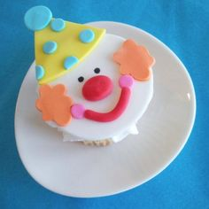cute clown cupcake topper Clown Cupcakes, Clown Cake, Kid Cupcakes, Cupcake Cookies, Birthday Cupcakes, Circus Cakes, Fondant Cupcake Toppers, Valentine Cake, Just Cakes