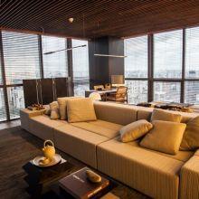 O sofá modular Slice usado pelo arquiteto possibilita diferentes arrumações e as mesas de apoio 'Hana' chamam atenção por seu aspecto geométrico.