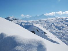Beleef een fantastische wintersport in Le Grand Massif! Ten noorden van de Mont Blanc ligt, in de Haute Savoie, het schitterende en uitgestrekte skigebied Le Grand Massif. Het gebied biedt maar liefst 266 kilometer aan gevarieerde en brede pistes en is daarmee één van de grotere wintersportgebieden van Europa. Door de ligging ten opzichte van de Mont Blanc is dit één van de van de meest sneeuwzekere gebieden in de Franse Alpen.