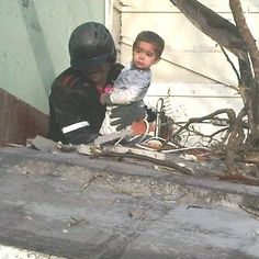 Niño Sobreviviente de la tragedia de #amuay es rescatado debajo de escombros por un Bombero Héroe