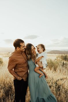 Beautiful, boho family photos in Arizona grass fields by Hillary Lacy Photography. Family Photos What To Wear, Family Photos With Baby, Winter Family Photos, Family Maternity Photos, Outdoor Family Photos, Family Posing, Family Portraits, Family Photography Outfits, Fall Family Photo Outfits