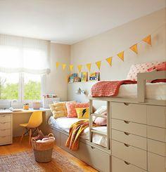 Dormitorio infantil con literas tipo tren con diferentes cajones para mantener el orden en la habitación