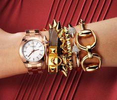 braceletes e pulseiras douradas com relogio