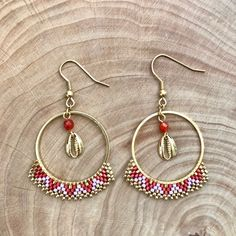 Orange and mauve hoop earrings with a stone and a golden cauri shell Seed Bead Earrings, Seed Beads, Hoop Earrings, Mauve, Brick Stitch, Gold Coins, Beaded Jewelry, Jewerly, Shells
