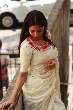 Kora White And Red Kerala Necklace Cotton Blouse White Saree Blouse, Cotton Saree Blouse, Silk Cotton Sarees, Saree Blouse Patterns, Cotton Blouses, Cotton Silk, Blouse Back Neck Designs, Blouse Designs Silk, Stylish Sarees
