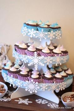 Decora tu stand para cupcakes con pequeños copos de nieve de foamy / Decorate your cupcake stand with snowflake silhouettes