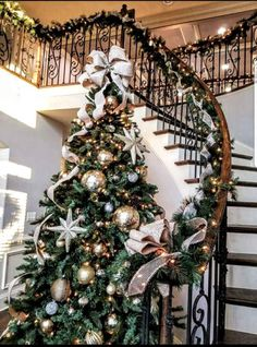 elegant christmas tree Learn How to Create Elegant Gold Christmas Decorations for the Festive Season Elegant Christmas Trees, Silver Christmas Decorations, Gold Christmas Tree, Christmas Tree Themes, Xmas Tree, Holiday Decor, Fir Tree, Christmas Mantles, Christmas Villages