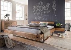 Ein Bett für entspannte Nächte durch die Ausstrahlung der natürlichen und vollmassiven Wildeiche. Das Bett selbst ist auf metallische Kufen gestellt. So entsteht der Eindruck als ob das Bett schweben würde.