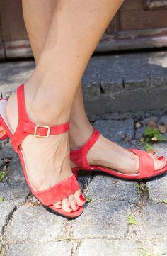 Um den Look à la Française perfekt zu machen, dürfen rote Accessoires nicht fehlen! Wir haben uns unter anderem für diese Sandalen entschieden.