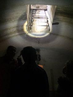 Met zaklantaarn op zoek naar de vele geheimen van Fort benoorden Spaarndam! #FortbenoordenSpaarndam #muurschilderingen #StartFortenseizoen
